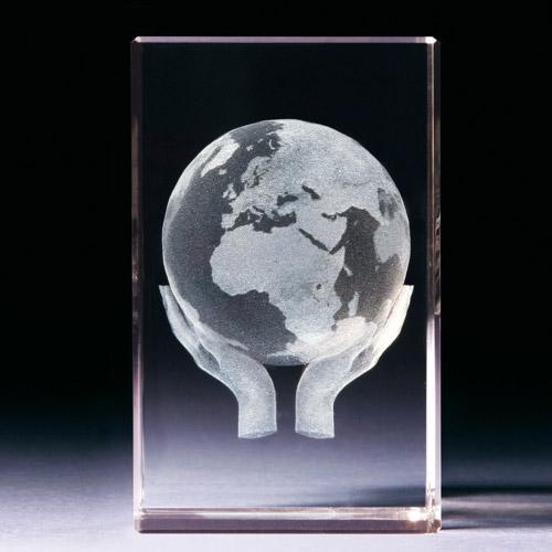 Glasblock - Weltkugel mit Händen